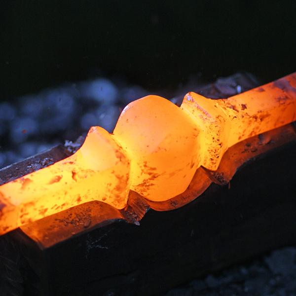 Heißes Eisen in Form gebracht