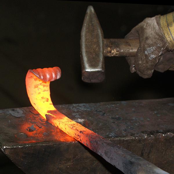 Heißes Eisen wird gehämmert